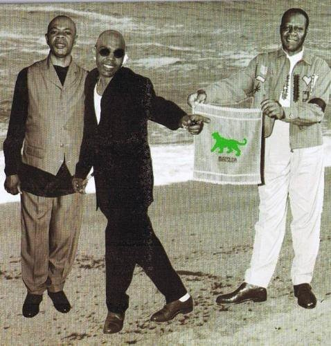 Au centre, Stervos Niarcos. A sa droite, Papa Wemba. Source : mbokamosika.com
