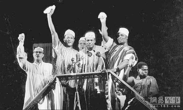 Kwame Nkrumah (au centre) 6 mars 1957