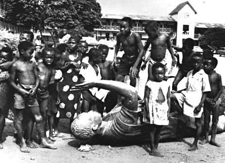Enfants d'Accra jouant sur la statue de k. Nkrumah après le coup d'Etat