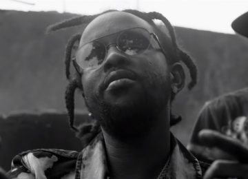 Popcaan en noir et blanc pour le clip de 'Firm and Strong'
