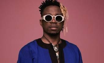 Blick Bassy interprète un morceau inédit en collaboration avec Roseaux pour Colors