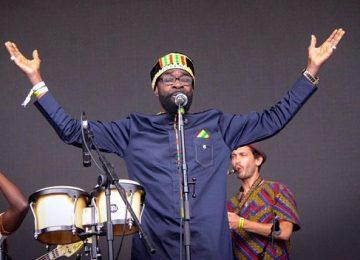 Pat Thomas retrouve le Kwashibu Area Band pour un second album commun, Obiaa!