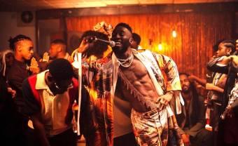 Kojey Radical embarqué dans une soirée rétro dans le clip 'Cashmere Tears'
