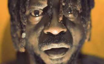 Onipa contre les machines dans la vidéo de 'We No Be Machine'