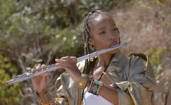 'Adan on dot soley', le nouveau clip à l'ambiance tropicale de Célia Wa