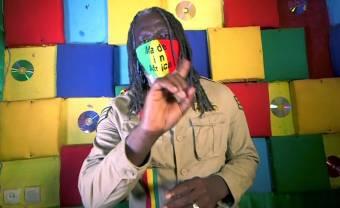 Tiken Jah Fakoly chante « Corona » pour barrer la route au virus