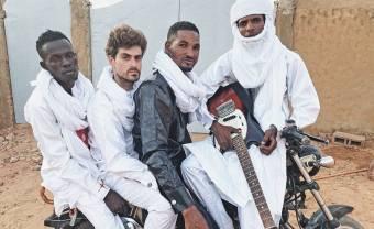 Mdou Moctar annonce l'album Afrique Victime avec un nouveau clip